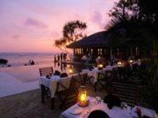 Breakas Beach Resort Vanuatu : Sunset dinner by the pool