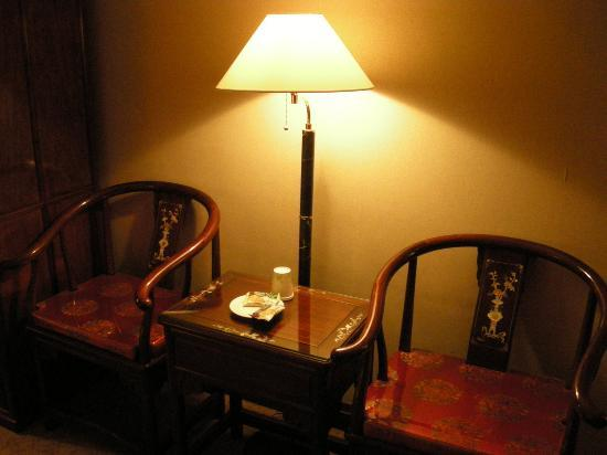 Rich Garden Hotel: Side Table and Chairs