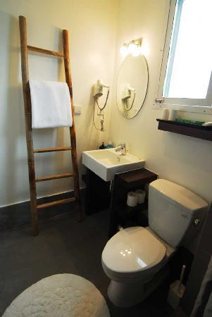 Magnolia Bed & Breakfast Shanghai: private shower and toilet in each room