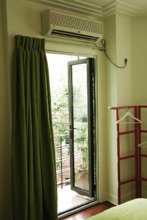 Magnolia Bed & Breakfast Shanghai: small balcony in Green Room