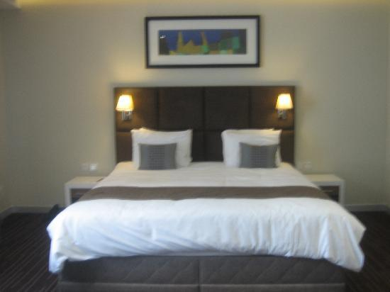 The George Hotel: The beds are very large and nicely done.