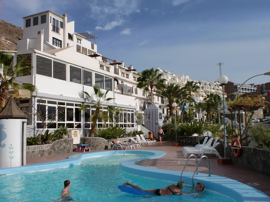 Playa de Cura, Hiszpania: Hotellet fra bassengområdet