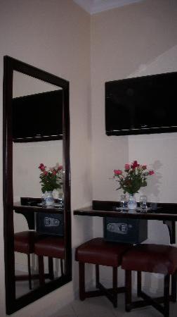 Aferni Hotel: Spiegel, TV und mein Rosenstrauß zur Begrüßung