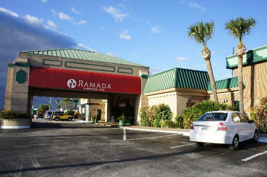 Ramada Kennedy Space Center: フロント入口