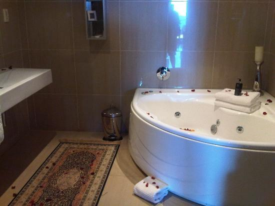 The View Boutique Hotel & Spa : The bathroom with jacuzzi and rose petals and candles
