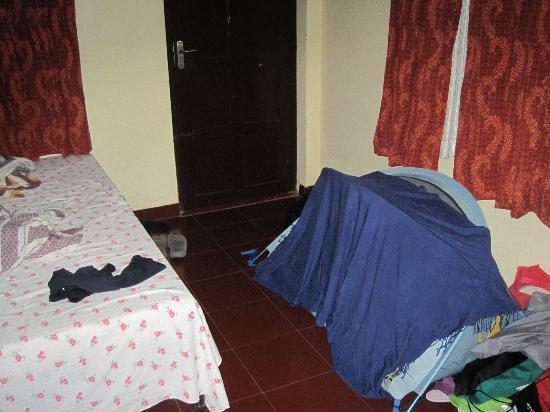 Eden Garden Heritage Homestay: Bedroom with travel cot