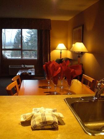 Pemberton Valley Lodge: キッチンから居間
