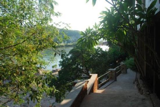 Aqua Africa Lodge: walkway to the rooms