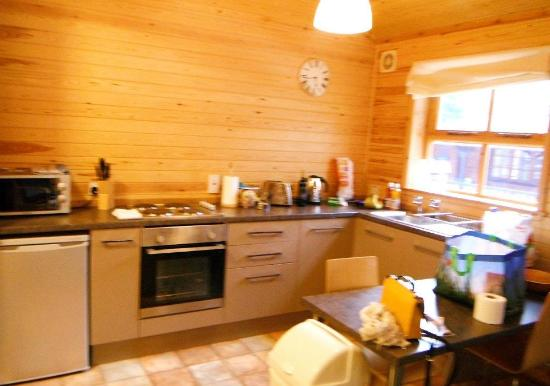 Pine Bank Chalets: kitchen