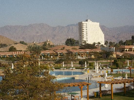 Movenpick Resort Taba Hotel : Hilton au loin