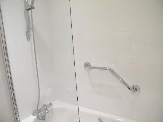 Royal and Fortescue Hotel: shower