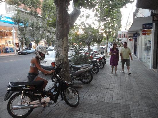 Avenida General Flores: Strolling on Flores
