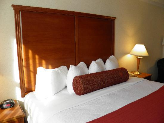 BEST WESTERN PLUS Waterville Grand Hotel: One king bed with new headboard