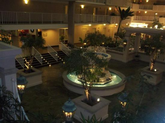 Embassy Suites by Hilton Atlanta - Airport: Atrium