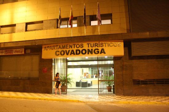 Apartamentos Turisticos Covadonga: Entrada dos Apartamentos