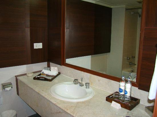The Twin Towers Hotel: Bathroom
