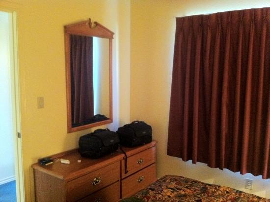 The Lodge of Granbury: Bedroom Dresser
