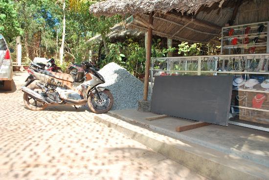Mai Phuong Beach Resort: Driveway building site