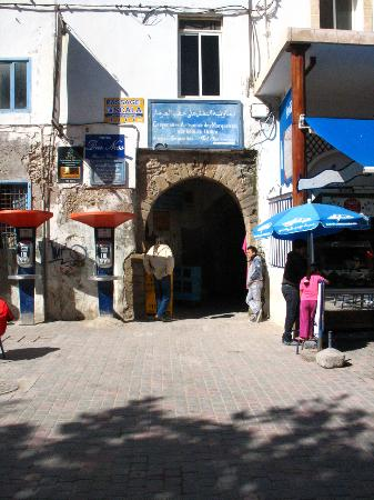 Riad de la Mer : Entrance to the alley off Moulay Hassan which leads to the riad 50 metres on the left