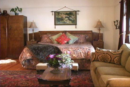 DeLaunay House: harmony king bedroom