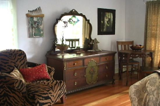 DeLaunay House: queen bedroom upstairs-Zen