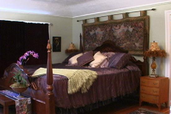DeLaunay House: king bedroom upstairs