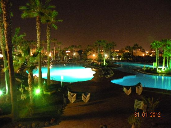 Oasis Duna Hotel: Overview of pools at night