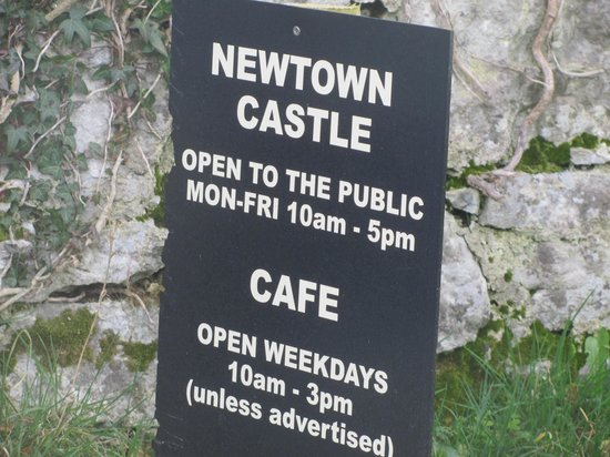 Ballyvaughan, Ireland: Sign at the entrance to Newtown Castle