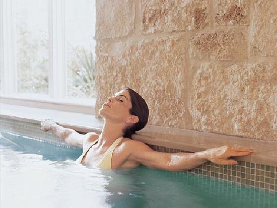Lake Austin Spa Resort: Woman enjoying pool