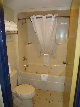 BEST WESTERN PLUS Westwood Inn: bathroom with jetted tub