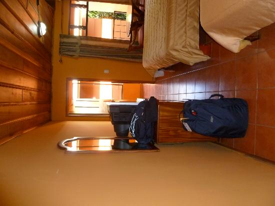 Hotel Cipreses Monteverde Costa Rica: tv and dresser