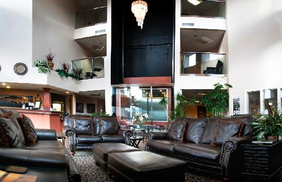 Garibaldi House Inn & Suites : 3 Story Lobby with Glass Elevator