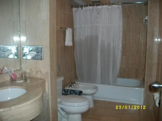 Hotel Venetur Margarita: banheiro com banheira e agua quentinha