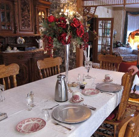 Port City Victorian Inn, Bed and Breakfast, LLC: breakfast in the dining room