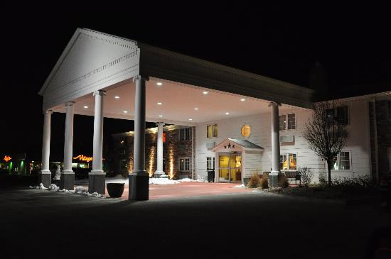 SureStay Plus Hotel Omaha South: The main entrance has a Presidential feel, particularly when lighted at night.