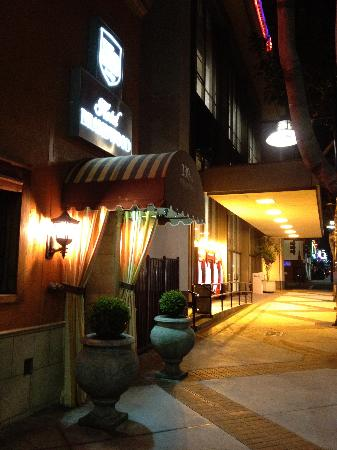Hotel Brandwood: Frone Entrance at night