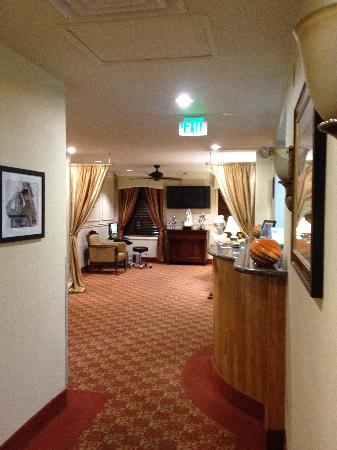 Hotel Brandwood: Front Desk/Lobby from hall