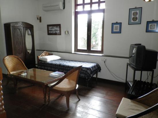 ฮีเรนเฮาส์: day bed near the window overlooking the Malacca River
