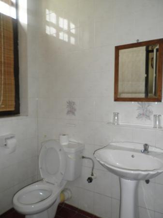 ฮีเรนเฮาส์: toilet in Family Room