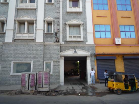 Emarald Hotel & ZO Rooms: Entrée de l'hôtel