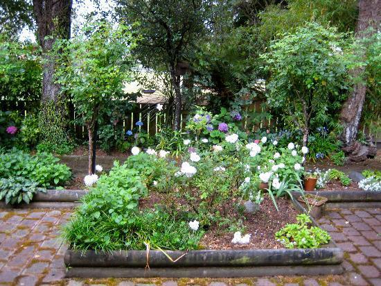 Ika Lodge: One of the many beautiful gardens