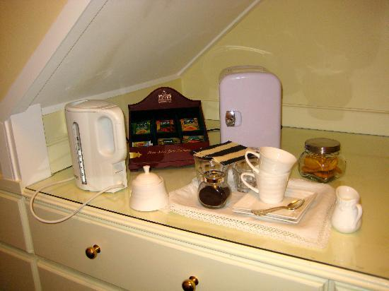 Ika Lodge: The tea setup in our room