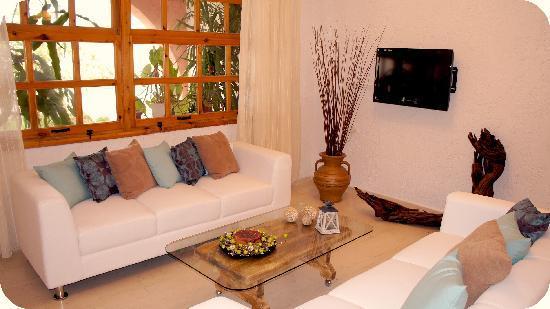 Hotel Idi: living
