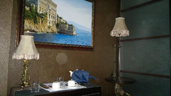 Triumph Palace Boutique Hotel : прикроватный столик