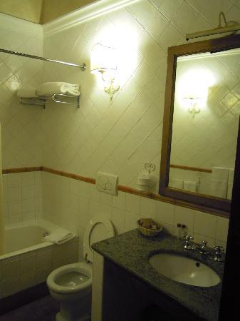 Hotel Residenza San Calisto: spacious bathroom