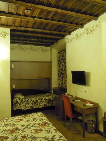 Residenza Santa Maria: bedroom with beam ceiling