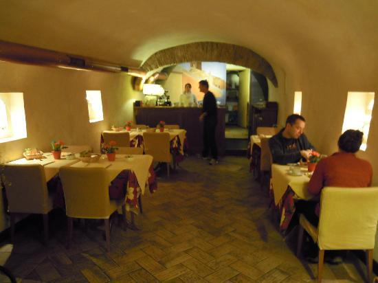 Hotel Residenza San Calisto: breakfast room in cellar