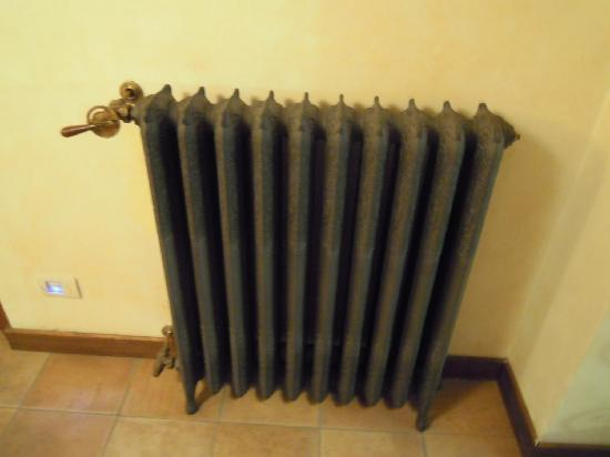 Hotel Residenza San Calisto: anitque radiator