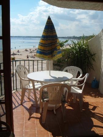 Carabela Beach Apartments: Gorgeous balcony and sea view for meals
