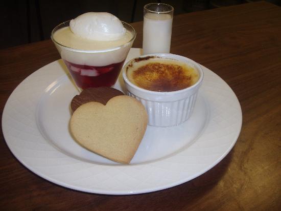 Squires Restaurant at Bridgewood Manor: Valentines sharing dessert